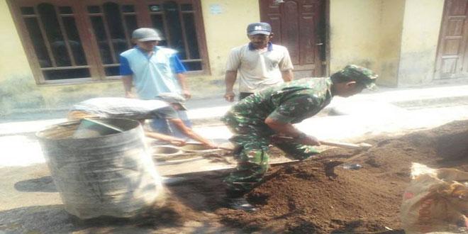 Anggota Koramil 13/Kedungbanteng Melaksanakan Karya Bhakti Bedah Rumah (RTLH)