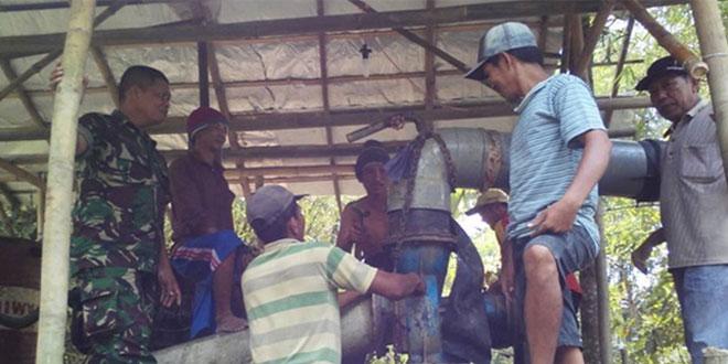 Babinsa Sidoharjo Bantu Pembuatan dan Pemasangan Pompa Air Bagi Masyarakat Desa