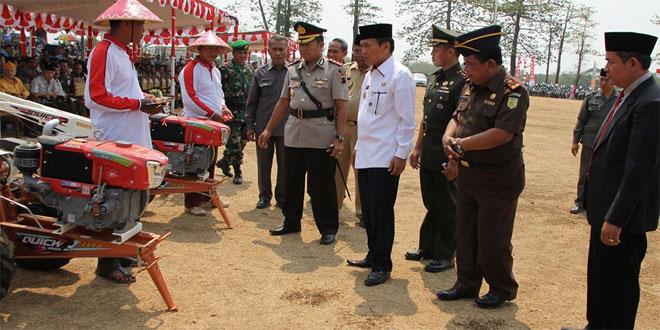 Bupati Kudus Berikan Bantuan Traktor dalam Penutupan TMMD
