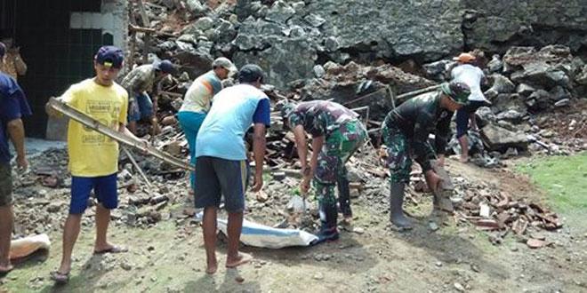 Talud Ambruk Babinsa Koramil 07/Karangsambung Kerahkan Warga Pujotirto