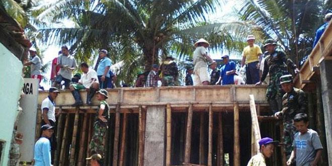 Danramil 09/Kutowinangun Pimpin Karya Bakti Pengecoran Balai Desa Tanjungsari