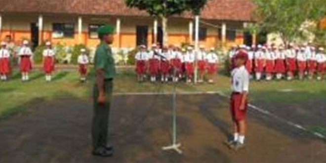 Koramil 06/Butuh Melaksanakan Upacara Pengibaran Bendera di SD Dlangu Kecamatan Butuh
