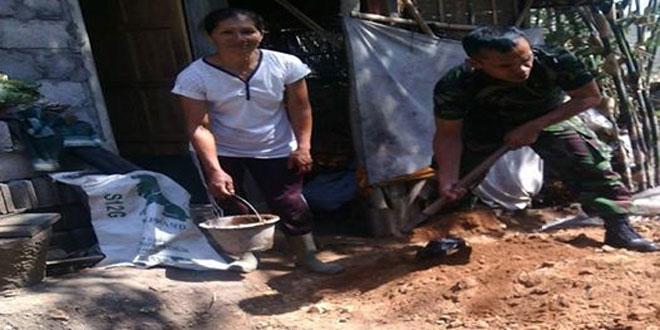 Babinsa Koramil 12/Bulu Membantu Pembuatan Jamban di Desa Malangsari