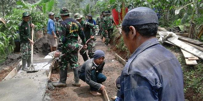 Koramil 08/Kandangan Melaksanakan Karya Bhakti TNI di Dusun Karodan