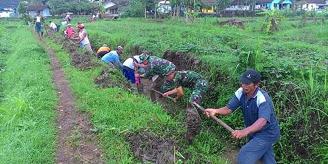 Koramil 09/Kaloran Melaksanakanakan Karya Bhakti Susruk Saluran Irigasi di Desa Krajan