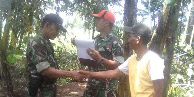 Danramil 05/Sumbang Mendampingi BPBD Memberikan Bantuan Ke Warga Desa Silada