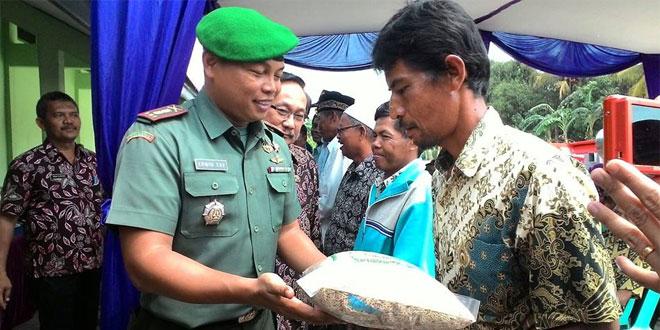 Danramil 06/Kembaran Menyerahkan Bantuan Alsintan Kepada Gapoktan di Desa Bojongsari