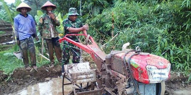 Anggota Koramil 06/Jumo Membantu Petani Siapkan Lahan di Desa Jumo