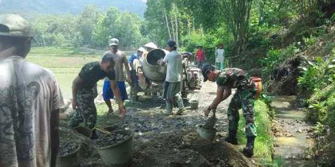 Babinsa Koramil 07/Karangsambung Melaksnakan Pengecoran Jalan di Banioro