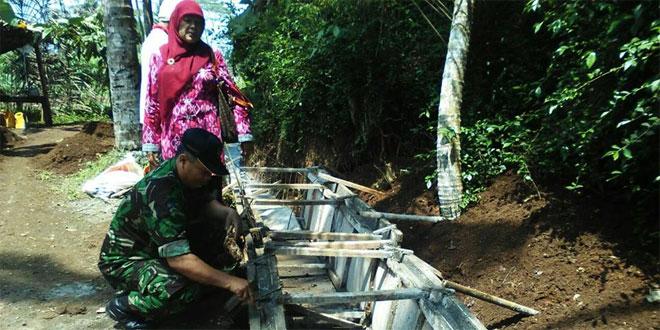 Babinsa Koramil 02/Baturaden dan Masyarakat Bangun Saluran Irigasi di Desa Kebumen