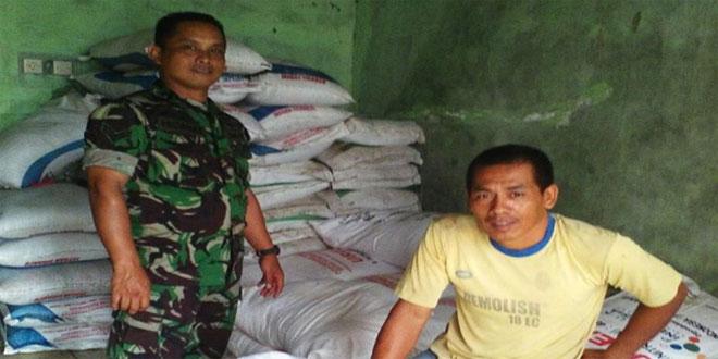 Babinsa Koramil 23/Cilongok Melakukan Pengawasan Pendistribusian Pupuk Bersubsidi di Desa Panembangan