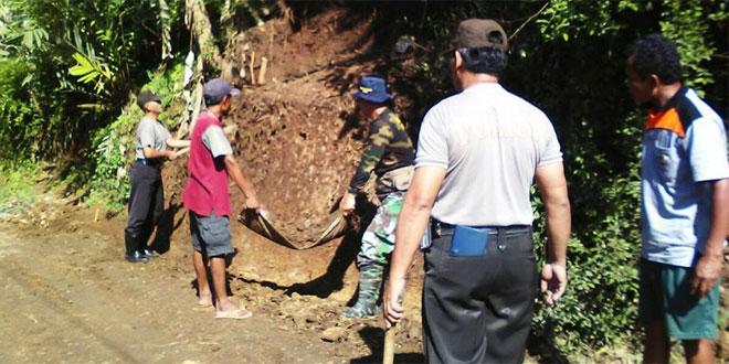 Danpos Ramil Poncowarno Bersihkan Material Longsoran Tanah yang Menutupi Jalan di Dukuh Sempor