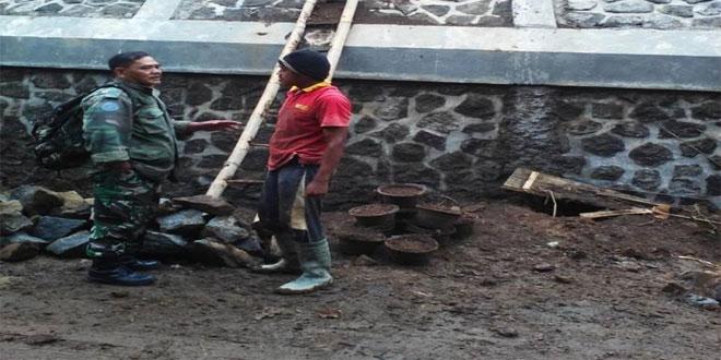 Babinsa Koramil 19/Bumijawa Meninjau Pembangunan Tanggul Penahan Tanah Longsor di Desa Muncanglarang