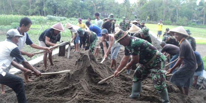 Karya Bakti TNI Terpadu Kodim 0709/Kebumen Bangun Jalan