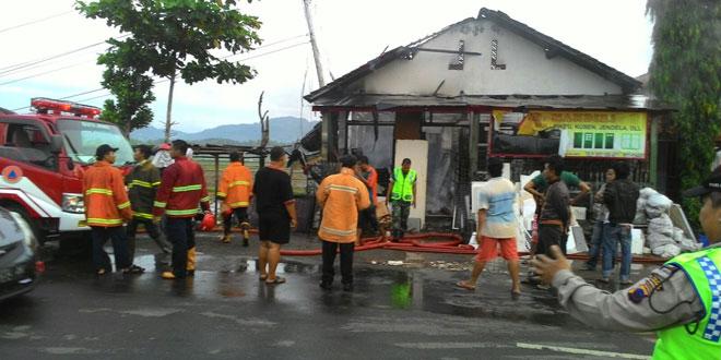 Babinsa Koramil 06/Sruweng Bantu Padamkan Kebakaran Toko
