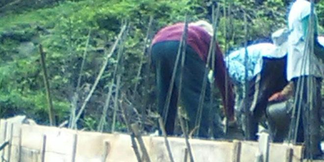 Anggota Koramil 01/Tmg Bantu Ngecor Jembatan