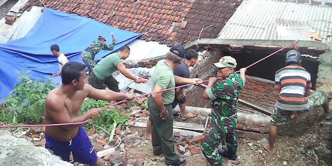 Koramil 05/Banyumanik Bantu Warga Bersihkan Timbunan Tanah Longsor