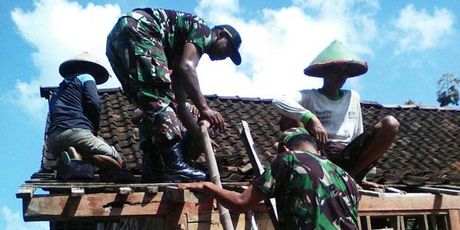 Koramil 10/Kradenan Bantu Renovasi Rumah Warga