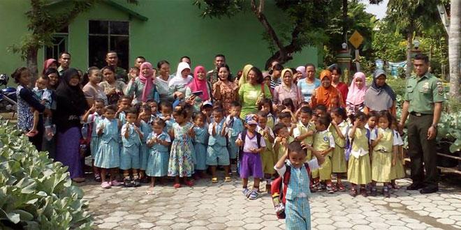 Anggota Koramil 11/Sulursari Ajari Merawat Tanaman Sayuran kepada Anak PAUD