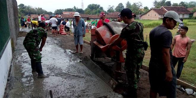 Anggota Koramil 05/Sleman dan Masyarakat Dusun Pisangan Cor Jalan Tembus