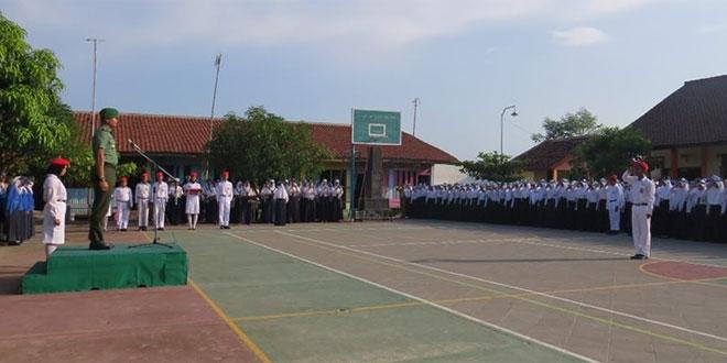 Kasdim 0713/Brebes Pimpin Upacara di SMPN 2 Jatibarang