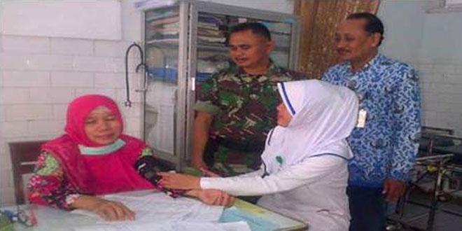 Babinsa Koramil 08/Randudongkal Memonitor Pelayanan Kesehatan di Puskesmas