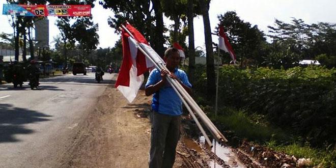 Danramil Cilongok Pasang Bendera Meriahkaan Kirab Replika Piala Jenderal Soedirman
