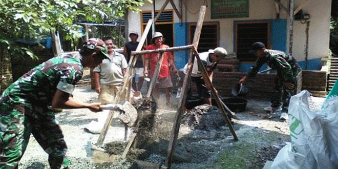 Babinsa Klirong Bersama Rakyat Bersatu Perbaiki Rumah Warga