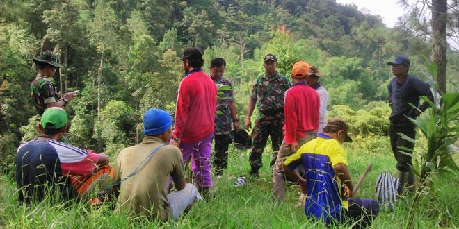 TNI Bersama Masyarakat Hijaukan Lereng Telomoyo