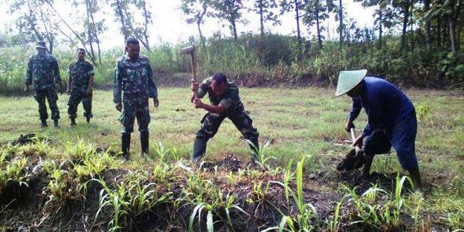 Anggota Koramil 09/Randublatung Bantu Warga Tanam Pohon