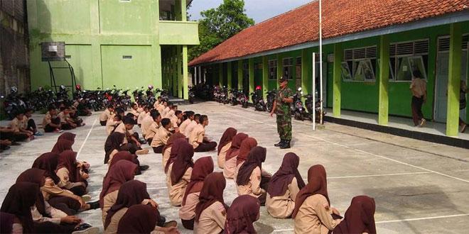 Babinsa Latih Tim PBB Siswa SMK Maarif NU 2 Karanglewas