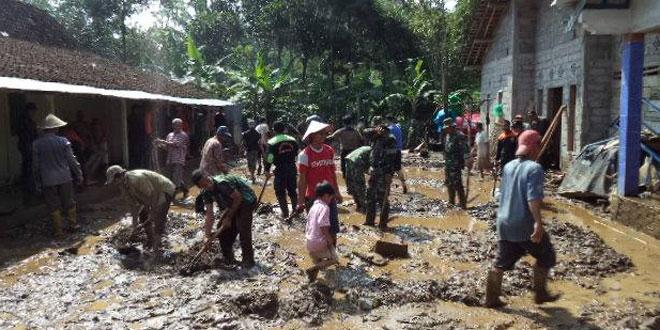 Koramil 05/Candirorto Kerahkan Elemen Masyarakat Bantu Korban Banjir