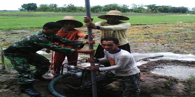 Babinsa Tegal Mulyo Pelopori Pembuatan Sumur Bor
