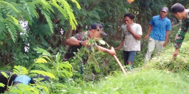 Koramil 13/Sedan Bersama Masyarakat Gotong-Royong Bersihkan Parit