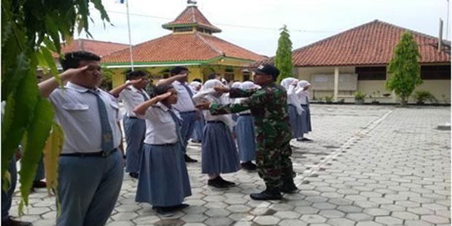 Babinsa Koramil 09/Sambungmacan Latih Baris Berbaris