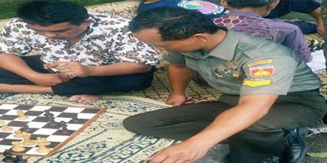 BABINSA PURWOKINANTI DAMPINGI WARGA SAMBUT PROKLAMASI 17 AGUSTUS 2016