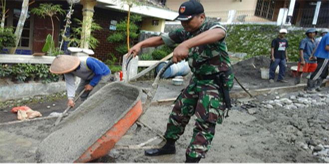 Babinsa Desa Sidomukti Melaksanakan Kegiatan Pengecoran Jalan Dusun