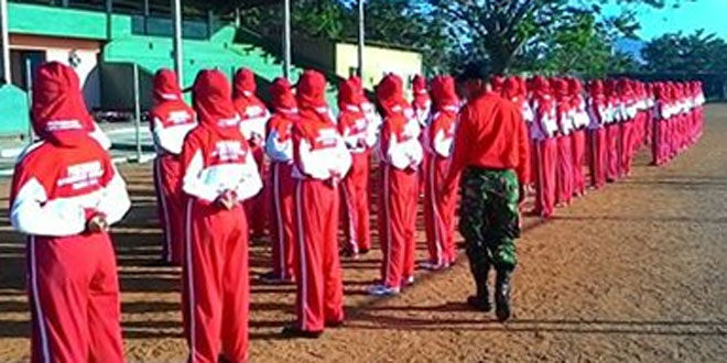 Anggota TNI Melatih Paskibra