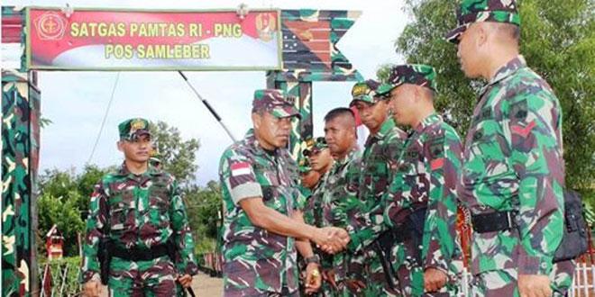 Dankolakopsrem 174/ATW Kolonel Inf Asep Setya Gunawan Melihat Lebih Dekat Kondisi Pos-pos Jajaran Satgas Pamtas RI-PNG Yonif 407/ Padmakusuma