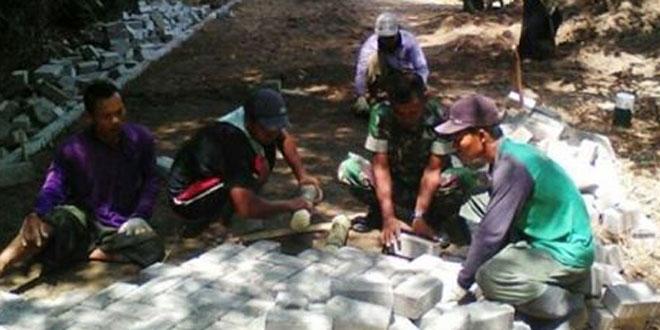 Babinsa Koramil 12/Ngawen Bantu Warga Pasang Paving