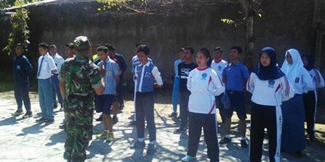 Anggota Koramil 01/Tmg Melatih PBB Siswa-Siswi SMA PGRI