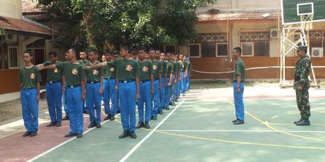 Anggota Kodim Rembang Latih PBB Siswa SMKN 1 Rembang