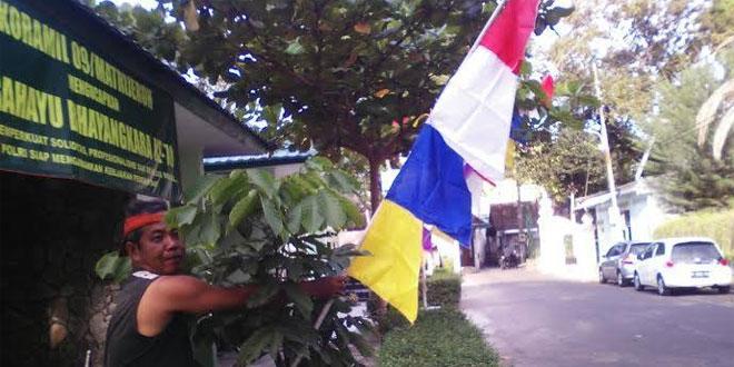 Babinsa Koramil 09/Mantrijeron Memasang Umbul-Umbul Untuk Menyambut HUT Kemerdekaan RI Ke 71