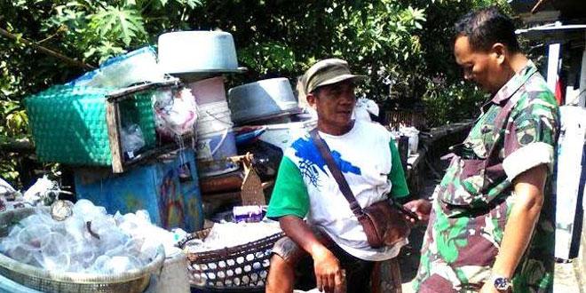 BABINSA GIWANGAN KORAMIL 07/UMBULHARJO KOMSOS DENGAN PENGUMPUL SAMPAH PLASTIK .