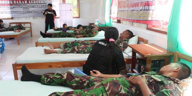 SAMBUT HUT RI KE-71, SATGAS PAMTAS RI-PNG YONIF 407/PK ADAKAN KEGIATAN DONOR DARAH
