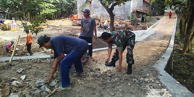 Tingkatkan Komoditas Pertanian, Koramil 05/Bulu Pelopori Warga Perbaiki Infrastruktur Jalan