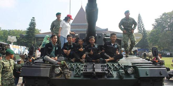 Kodim Sragen Ajak 30 Anak Nonton TNI & UNS Technomilitary Festival
