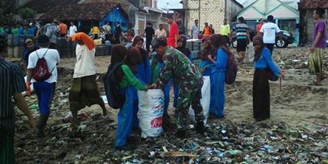 Ribuan TNI dan Warga Gelar Aksi Bersih Pantai