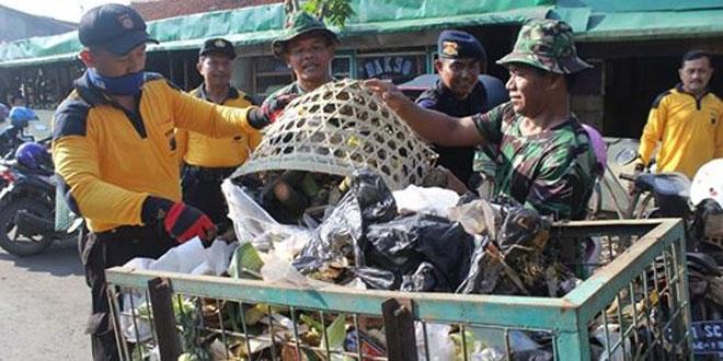 Kodim dan Polres Purworejo Bersihkan Pasar Rakyat