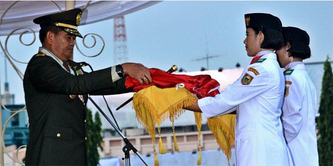 Pangdam IV/Diponegoro Mayjen TNI Jaswandi bertindak sebagai Inspektur Upacara pada Upacara Penurunan Bendera memperingati HUT Kemerdekaan ke 71 di lapangan Simpanglima, Semarang (17/8).